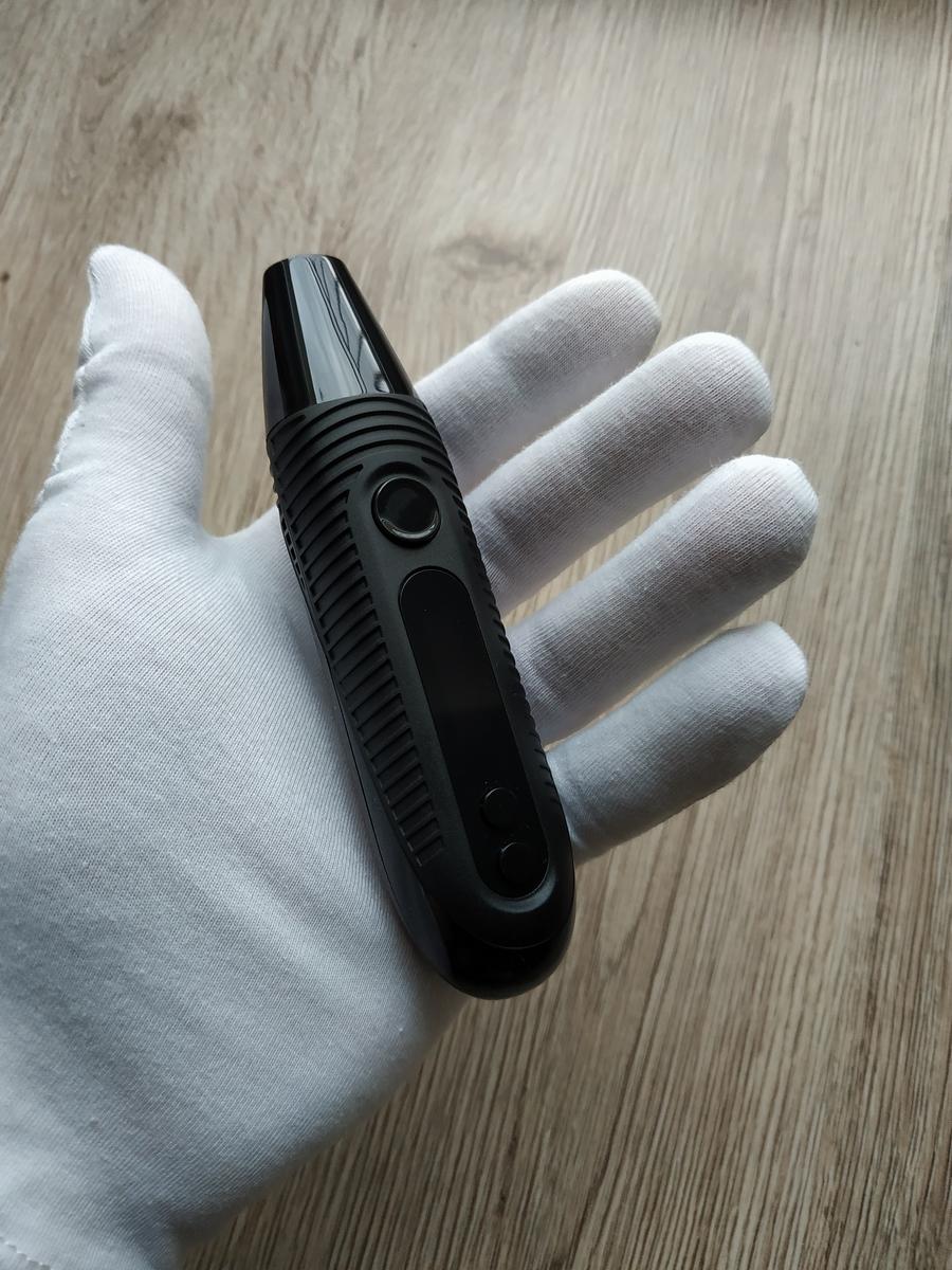 dłoń w białej rękawiczce trzyma vaporizer
